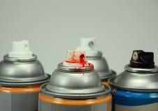 Spitze von vier lokalisierte Spraydosen mit verschiedenen Farben Stockbilder