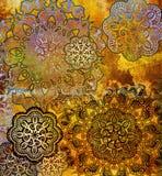 Spitzeblumenmuster auf strukturiertem goldenem Hintergrund Lizenzfreies Stockbild