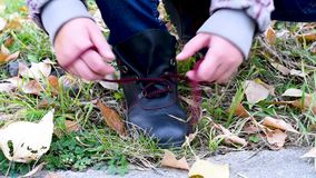 Spitzee mit Kind-` s binden, übergibt draußen im Herbst stock footage