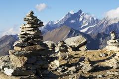 Spitzen der Alpen von den kleinen Steinen Lizenzfreie Stockfotos