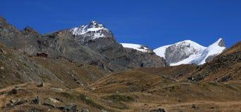 Spitzen des Bergs Strahlhorn und Adlerhorn Stockbilder