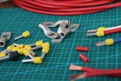 Spitzen für den elektrischen Draht auf einem grünen Substrat auf dem Tisch quetschverbinden lizenzfreies stockbild