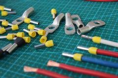 Spitzen für den elektrischen Draht auf einem grünen Substrat auf dem Tisch quetschverbinden stockbilder