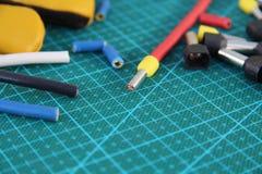 Spitzen für den elektrischen Draht auf einem grünen Substrat auf dem Tisch quetschverbinden stockfotografie