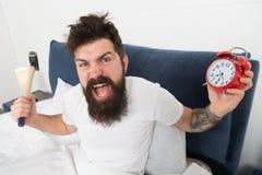 Spitzen für früh aufwachen Spitzen für das Werden ein Frühaufsteher Schläfriges Gesicht des bärtigen Hippies des Mannes im Bett m lizenzfreie stockfotografie