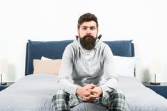 Spitzen für früh aufwachen Gesichtspyjamas des bärtigen Hippies des Mannes schläfrige, die Schlafzimmerinnenraum aufwachen Tagesp lizenzfreie stockfotografie