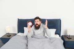 Spitzen für früh aufwachen Schläfriges aufwachendes Gesicht des bärtigen Hippies des Mannes Tagesprogramm für gesunden Lebensstil lizenzfreie stockfotografie