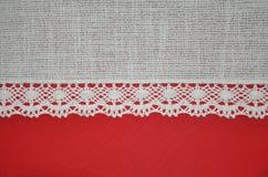 Spitzen- Rot und horizontale Beschaffenheit des weißen Hintergrundes des Textilgewebe-Elfenbeins Lizenzfreies Stockfoto