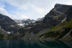 Spitzen in schwarzem Teich (Czarny Staw Gasienicowy) Stockfotografie