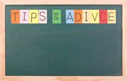 Spitzen und adivice, buntes Wort auf Tafel Lizenzfreie Stockfotografie