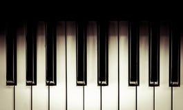 Spitzen-veiw von Schwarzweiss-Klavierschlüsseln im Weinlesefarbton Lizenzfreie Stockfotos