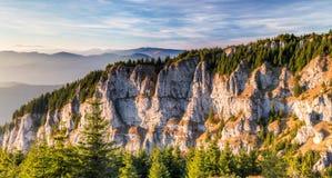 Spitzen von den Bergen belichtet durch die Sonne Lizenzfreies Stockfoto