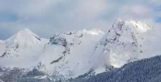 Spitzen von französischen Alpen im Winter nahe Le Grand Bornan Stockbild