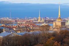 Spitzen von St Petersburg auf einem blauen Hintergrund Lizenzfreies Stockfoto