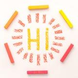 Spitzen-wiew des Wortes HI innerhalb eines Rahmens gemacht von der bunten Pastellkreide Stockbilder
