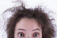 Spitzenhälfte des überraschten krausen behaarten Mädchen-Kopfes Stockfotografie