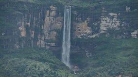 Spitzenhälfte des Wasserfalls stock video footage