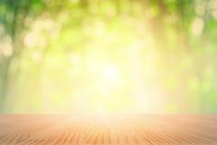 Spitzenholztisch mit Blatthintergrundzusammenfassung bokeh defocus Wald der Natur weichem grünem vektor abbildung