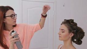 Spitzenknotenhaardesign - Herrenfriseurvollendenfrisur für junge hübsche Frau stock video