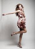Spitzenmode-modell mit dem gelockten Haar Lizenzfreies Stockbild