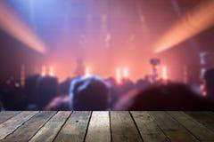 Spitzenschreibtisch mit hellem bokeh im Konzertunschärfehintergrund, hölzernes tabl stockfotografie