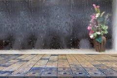 Spitzenschreibtisch mit Vorhang von Wasser- und Blumenvasenunschärfe Hintergrund, Marmortabelle stockbilder