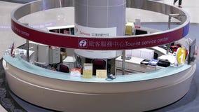 Spitzenschuß des Informationsbüros innerhalb des Flughafens in Taipeh Taiwan stock video