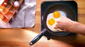 Spitzenschuß, Salz fast gekochten Eiern auf Wanne hinzufügend zu Hause, Gewohnheiten der gesunden Ernährung Innen, einfaches Lebe stock video
