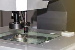 Spitzentechnologie und Genauigkeit des Messverfahrens der Vision für Qualitätskontrolle in der industriellen Arbeit stockfotografie