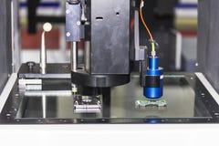 Spitzentechnologie und Genauigkeit des Messverfahrens der Vision für Qualitätskontrolle in der industriellen Arbeit lizenzfreies stockbild