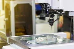 Spitzentechnologie und Genauigkeit des Messverfahrens der Vision für Qualitätskontrolle in der industriellen Arbeit lizenzfreie stockfotografie