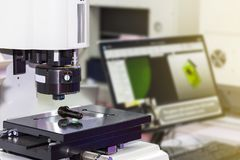 Spitzentechnologie und Genauigkeit des Messverfahrens der Vision für Qualitätskontrolle in der industriellen Arbeit lizenzfreie stockfotos