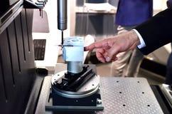 Spitzentechnologie und Genauigkeit des Messverfahrens der Vision f?r Qualit?tskontrolle in der industriellen Arbeit stockfotos