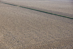 Spitzenvogelperspektive des Furchenreihenmusters auf einem gepflogenen Gebiet bereitete sich für pflanzende Ernten im Frühjahr vo Stockbild