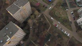 Spitzenvogelperspektive von einer von Moskau-Yard, wolkiges Wetter Städtisches Stadtbild vom quadrocopter stock video