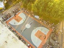 Spitzenvogelperspektive von streetball Schale an einem Sommertag im Stadtpark lizenzfreie stockfotos
