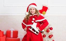 Spitzenweihnachtsfeierideen Kopieren Sie Raum für Ihren Text Genießen Sie Weihnachtsfeiertage Kinderrotes Sankt-Kostüm bereit zu stockbilder