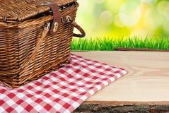 Spitzenwinkel des Picknickkorbes auf dem Tisch Stockfotografie