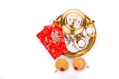 Spitzenwinkelsicht über chinesischen Teesatz mit dem Umschlag, der das Wortdoppeltglück trägt Stockbild