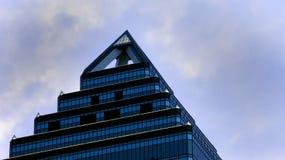 Spitzes Wolkenkratzerdach lizenzfreie stockfotos