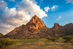 Spitzkoppe som är unik vaggar bildande i Damaraland, Namibia Fotografering för Bildbyråer