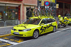 Spiuk Team Car, bicicletas e motocicleta na rua estreita de Alicante Foto de Stock Royalty Free