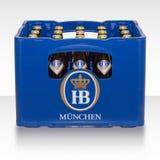 Spjällåda av den bayerska bryggeriHBEN Munich för traditionellt klassiskt tyskt öl Arkivfoton