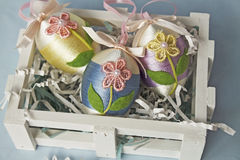 spjällåda dekorerade easter ägg Arkivbilder