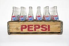 Spjällåda för tappningPepsi cola med flaskor Royaltyfri Bild
