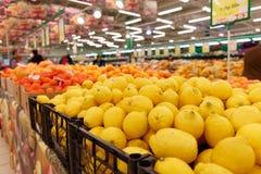 Spjällådor med citrusfrukter Royaltyfri Foto