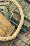 Spjällådor och rep för gammal retro bakgrund för objekt antik textural trä Arkivfoton