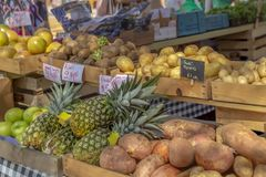Spjällådor som fylls med den lokalt fullvuxna linjen för ny jordbruksprodukter som hyllorna av gemenskapbönderna marknadsför royaltyfri foto