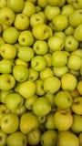 Spjällåda bakgrund för många äpplen Fruktmarknaden shoppar Arkivfoto