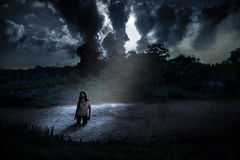 Spöklikt levande dödanseende på den kusliga sjön Royaltyfria Bilder